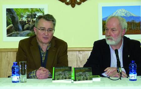 O presidente do Círculo Saviñao, Enrique Sampil, acompañou ó autor do libro, Juan José Rocha, durante a presentación en Escairón. (Foto cedida).