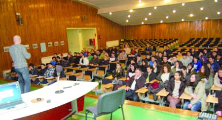 Un momento da charla impartida no IES Daviña Rei polo empresario Iván Prado, antigo alumno do centro e premio Xoven Empresario de Lugo. (Foto cedida).
