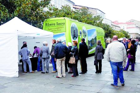 Monforte foi unha das primeiras paradas do autobús promocional, posto en marcha pola Deputación de Lugo para acadar firmas en apoio á candidatura da Ribeira Sacra. Arquivo EC.