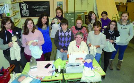 Os participantes no obradoiro do IES A Pinguela posan xunto á directora da actividade, a artesana monfortina Mª Dolores López Vázquez. (Foto cedida).
