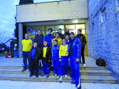 A expedición do club Neka que se desplazou a Cangas para participar no Campionato Galego Promesas, no que acadaron tres medallas. (Foto cedida).