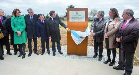 O presidente da Xunta de Galicia e o alcalde de Monforte descubren a placa conmemorativa da posta en servizo, o pasado 28 de febreiro, da primeira fase do Porto Seco de Monforte. CMATI