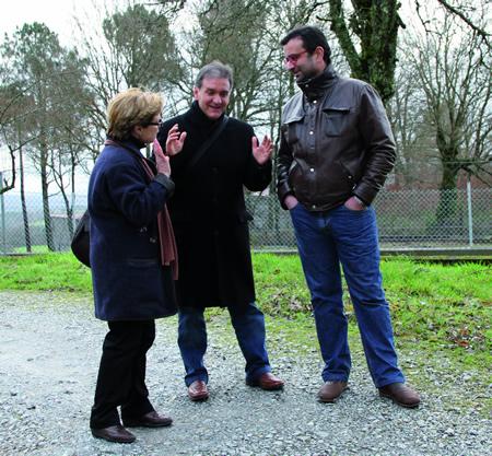 O deputado socialista Vicente Docasar achegouse a Carballedo acompañado da voceira do Grupo socialista no municipio, Isabel González Blanco, e o secretario de Organización, Carlos Ferreiro. (Foto cedida).