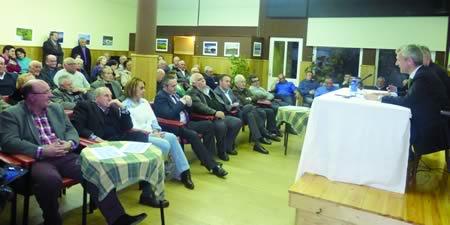 Un momento da intervención de Alfonso Rueda, secretario xeral do Partido Popular en Galicia, no Círculo Saviñao o 3 de abril. (Foto cedida).