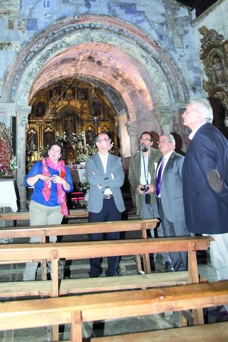 Na imaxe de arquivo, visita do conselleiro de Cultura, Educación e Ordenación Universitaria, Jesús Vázquez Abad, á igrexa chantadina de Santa María de Nogueira, o pasado mes de outubro.  Arquivo EC.