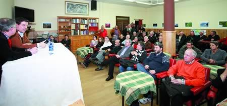 A foto corresponde á conferencia de José Ramón Gómez Besteiro, secretario xeral do PSdeG-PSOE, na sede da sociedade de Escairón, o pasado 28 de marzo. (Foto cedida).