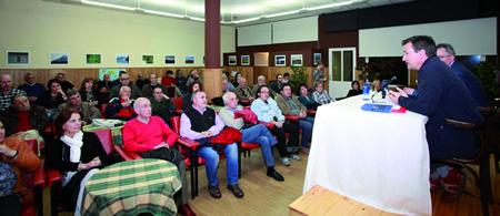 Numeroso público seguiu no Círculo Saviñao a charla de Xavier Vence, portavoz nacional do Bloque Nacionalista Galego, o 15 de marzo.( Foto: Chema).