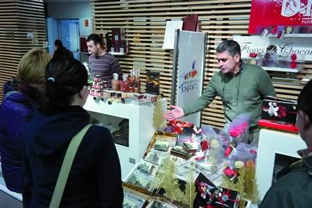 As posibilidades do chocolate van máis aló do goce do seu sabor, como puideron comprobar os visitantes do Mercado Chocolate Paixón, celebrado na Praza de Abastos de Monforte o 22 e 23 de marzo. EC
