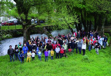 Un momento do roteiro polos ríos Sarria e Celeiro organizado por este colectivo o 19 de abril. (Foto cedida).