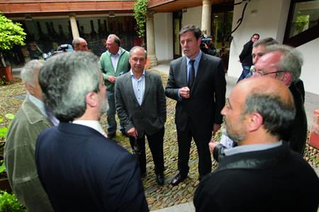 O presidente da Deputación de Lugo, José Ramón Gómez Besteiro, durante a súa visita a Monforte no Centro do Viño, acompañado do alcalde, Severino Rodríguez, e do voceiro municipal socialista, José Tomé. GPDL.