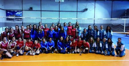 Foto de familia da fase final do Campionato Galego Infantil feminino disputado en Monforte o 1 de maio. (Foto cedida: FGVB).