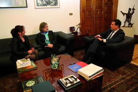 Reunión do presidente da Deputación, José Ramón Gómez Besteiro, a portavoz de PLADESAPU Monforte, Maribel García, e a integrante da Plataforma, Purificación Rodríguez, o pasado 30 de abril en Lugo. GPDL.
