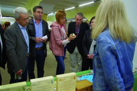 A delegada territorial da Xunta en Lugo, Raquel Arias, e o presidente do Consello Regulador da Agricultura Ecolóxica de Galicia, José Antonio Fernández, durante a súa visita a feira Ecolugo, celebrada na Praza de Abastos de Lugo o pasado 31 de maio. GPDTL.