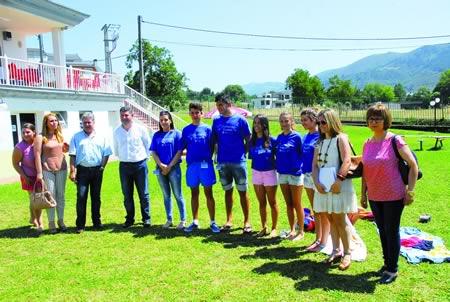 O director xeral de Xuventude e Voluntariado, Ovidio Rodeiro, reuniuse co alcalde de Quiroga, Julio Álvarez, membros da Corporación local e voluntarios do programa da Xunta no entorno das piscinas municipais de Quiroga.   (Foto cedida).