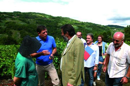 A comezos de setembro, o presidente da Deputación visitou a zona de Trampas, acompañado do presidente da Asociación de Veciños de Rosende, para coñecer o resultado dos traballos de mellora nos accesos ás viñas. GPDL