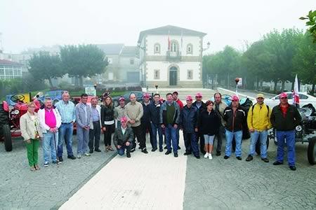 Foto de familia dos participantes na II Ruta de Tractores Agrícolas Clásicos na saída dende Sober, o pasado 13 de setembro, acompañados pola deputada provincial Pilar García Porto. (Foto cedida).