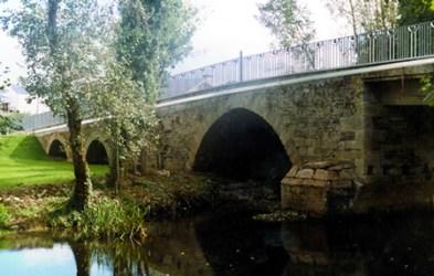 A ponte Ribeira forma parte do conxunto de pontes patrimoniais que unen as marxes do río Sarria. (Foto cedida: Plataforma Sarriana polo Río).