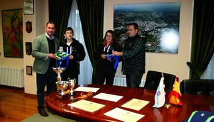 O alcalde de Sarria e o concelleiro de Deportes entregaron aos xoves deportistas un recoñecemento polo seu éxito na competición nacional. (Foto cedida).