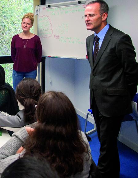 O conselleiro de Cultura, Educación e Ordenación Universitaria, Jesús Vázquez Abad, durante a visita ao Centro de Excelencia para a Formación en Inglés de Os Peares. GPCCE.