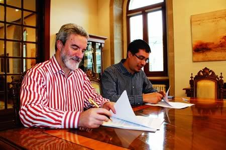 O delegado de Cultura da Deputación, Mario Outeiro, e o alcalde de Monforte, Severino Rodríguez, asinan o convenio o pasado 14 de novembro en Lugo. GPVDL.