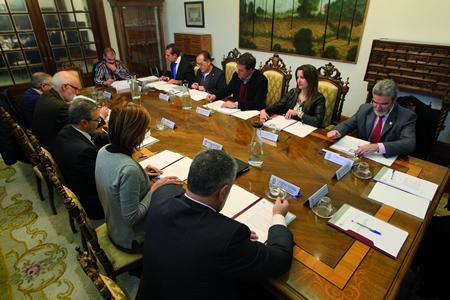 Imaxe do Pleno do Consorcio de Bombeiros de Lugo, o pasado 19 de decembro no Pazo de San Marcos da capital provincial.  GPDL.