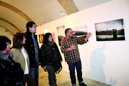 O fotógrafo monfortino Iván Merayo, durante a inauguración da súa exposición en Lugo, acompañado polo delegado de Cultura da Deputación, Mario Outeiro, e a directora da Rede Museística Provincial, Encarna Lago. GPVDL.