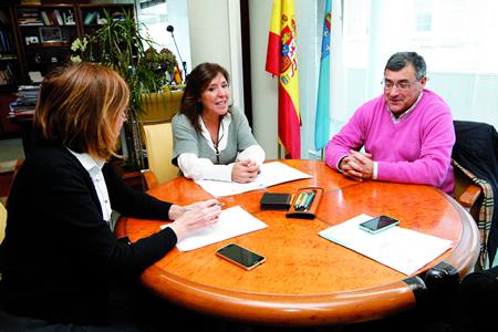 A conselleira de Traballo e Benestar, Beatriz Mato, a delegada territorial da Xunta en Lugo, Raquel Arias, e o alcalde de Paradela, José Manuel Mato, na reunión celebrada en Lugo o 4 de febreiro. GPXG.