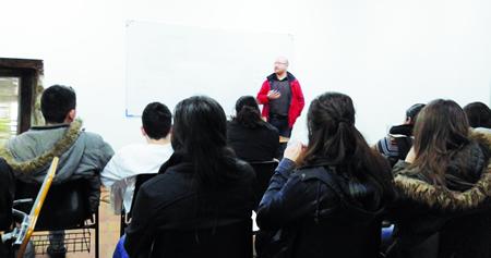 """Un momento da sesión formativa do programa """"Ti serves, ti decides"""", desenvolvido pola UAD de Monforte nas instalacións da Escola de Hostalería Belarmino Fernández, en Rosende. (Foto cedida)."""