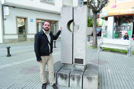 Amaro Carretero, candidato de EU-SON á alcaldía de Monforte, nun dos seus lugares predilectos da cidade: o monumento a Cervantes fronte aos Xulgados, nunha metáfora do desafío da cultura e da razón diante dos poderes establecidos. EC