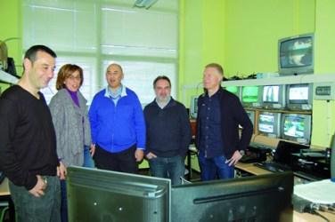 A delegada territorial da Xunta en Lugo, Raquel Arias, durante a súa visita ao IES Daviña Rey, acompañada polo director, Isaac González, e membros do equipo directivo deste centro monfortino. GPDTL.