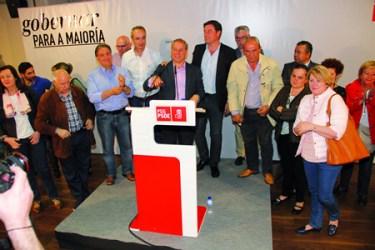 O candidato socialista á alcaldía de Monforte, José Tomé, durante o mitin en Monforte, acompañado polo secretario xeral dos socialistas de Galicia, José Ramón Gómez Besteiro, e membros da súa candidatura. (Foto cedida).