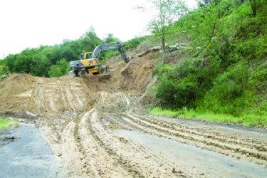 Imaxe de arquivo dos traballos de acondicionamento na estrada de San Facundo realizados pola Deputación, logo de producirse un derrubamento o pasado ano. (Foto cedida).