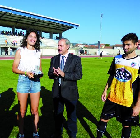 Saleta Fernández, logo de recibir a peza conmemorativa de mans do alcalde de Monforte, José Tomé, en recoñecemento ao seu último éxito deportivo como campiona de España de salto de altura. GPCM.