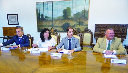 A presidenta da Deputación de Lugo, Elena Candia, na rolda de prensa ofrecida co presidente da Confederación Hidrográfica Miño-Sil, Francisco Marín, e o portavoz do grupo de goberno, Juan Carlos Armesto. GPDL.