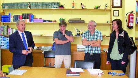 Tomé e Doutón visitaron o CEIP A Gándara para escoitar as demandas do equipo directivo. GPCM.