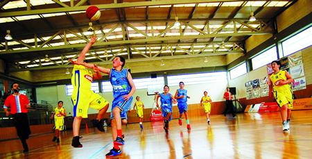 """Durante o verán, o CB Sarria organizou a actividade """"Un verán de basket"""", na que participaron preto de cincuenta rapaces e rapazas de diferentes idades. (Foto cedida)."""