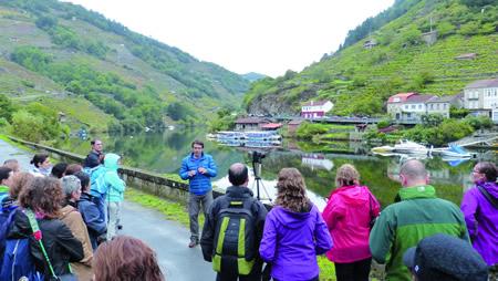 """A ruta de fotografía e sendeirismo en Belesar, o domingo 18, na derradeira sesión do programa """"A caída da Folla""""organizado polo Consorcio de Turismo Ribeira Sacra. (Foto cedida: CTRS)."""