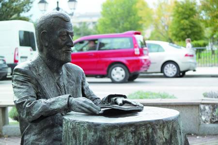 A estatua de Manuel María ocupa un lugar destacado na paisaxe urbana de Monforte, na actitude de conversa que caracterizou a este poeta, fondamente ligado á cidade do Cabe. EC.