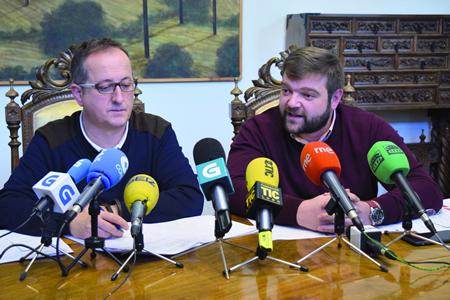 O voceiro provincial socialista, Álvaro Santos, toma a palabra en presencia do voceiro nacionalista, Antonio Veiga. GPDL.