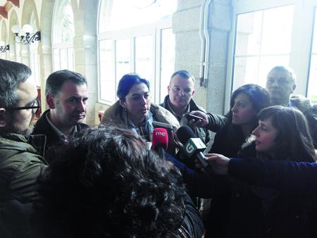 A portavoz do Grupo Provincial do Partido Popular, Elena Candia, acompañada dos deputados provinciais José Antonio García e Juan Carlos Armesto, nunha intervención aos medios na sede da Deputación. GPDL
