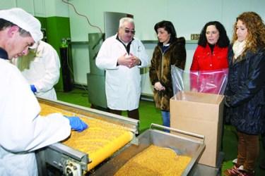 A conselleira de Medio Rural, Ángeles Vázquez, conversa co xerente da empresa Pazo de Lusío, David Corral, en presenza de diversas autoridades. GPCMM
