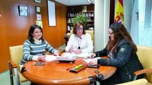 Reunión en Lugo entre a delegada da Xunta, Raquel Arias, a alcaldesa de Folgoso, Lola Castro, e a xefa do servizo de Conservación da Natureza, a finais do mes pasado. GPXG.