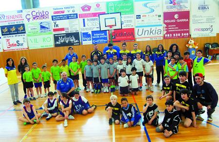 Os participantes no Torneo Preminibasket Sarria, organizado a mediados de maio polo CB Sarria, e que xuntou a preto de 40 xogadores de equipos do sur de Lugo. (Foto cedida).