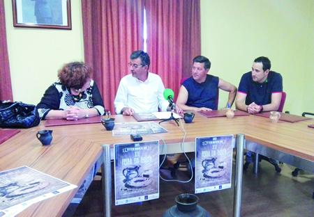 O alcalde de Sober, Luis Fernández Guitián, na presentación do cartel da XXI Feira da Rosca, acompañado polo concelleiro José Quevedo Pérez, e os rosqueiros Moncho Álvarez e Teresa Rodríguez. GPCS.