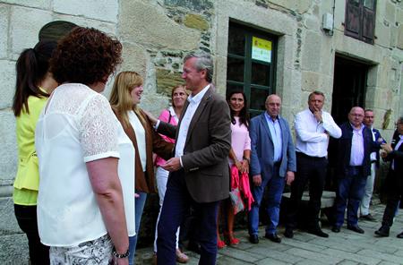 O vicepresidente da Xunta, Alfonso Rueda, cos alcaldes dos concellos do Camiño Francés, antes da sinatura do convenio en agosto.GPXG.