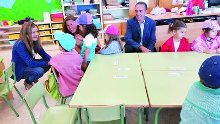 A secretaria territorial da Xunta en Lugo, Marta Barreiro, participou na apertura do curso escolar no CPI Ramón Piñeiro de Láncara, acompañada polo alcalde, Darío Piñeiro. GPXG.