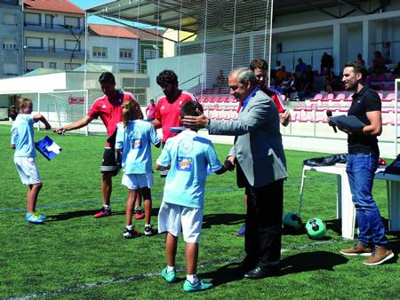 Entrega de diplomas aos asistentes ao Campus de Fútbol Cidade de Monforte. GPCM.