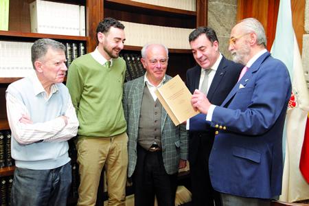 O conselleiro de Cultura en funcións, Román Rodríguez, na presentación do libro, acompañado dos autores e do director do Instituto de Estudos Galegos Padre Sarmiento, Eduardo Pardo de Guevara y Valdés. GPXG.