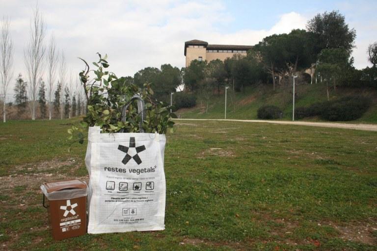 L'Ajuntament completa el repartiment de saques per fomentar el reciclatge de les restes vegetals a les urbanitzacions