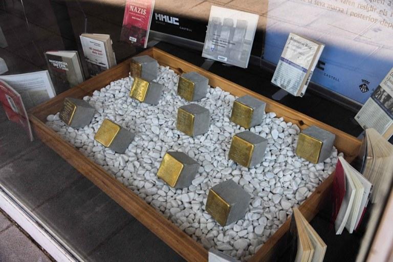 "Les ""Stolpersteine"" en memòria de les víctimes rubinenques del nazisme s'exposen a la Biblioteca"